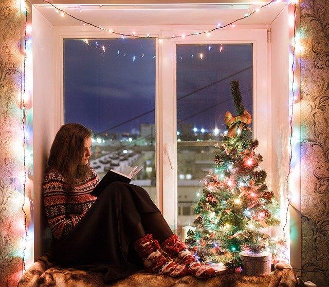 Dívka v osvětleném okně