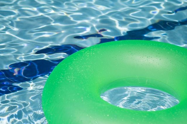 nafukovací kruh zelený na vodní hladině