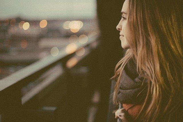 dívka vyhlížející město