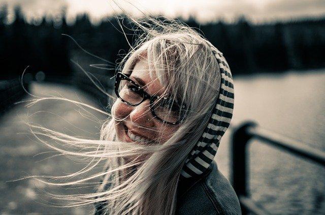 smějící se žena